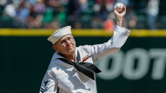 92-Year-Old WW2 Veteran Throws Amazing Pitch On Memorial Day Opening Seattle Mariners Game Featured