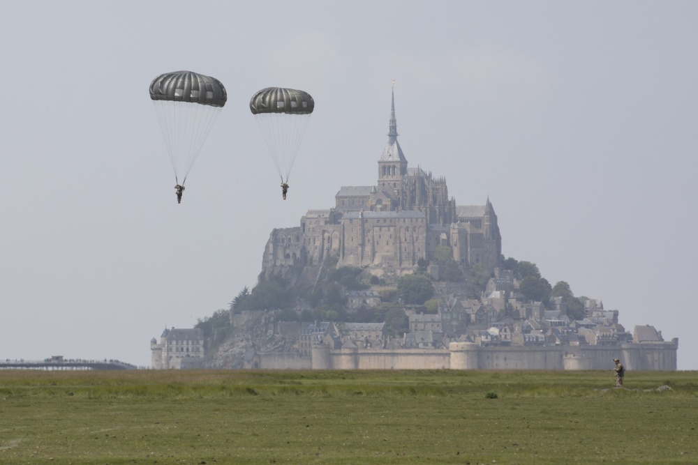 135 Green Berets parachute over France to commemorate 75th D-Day anniversary