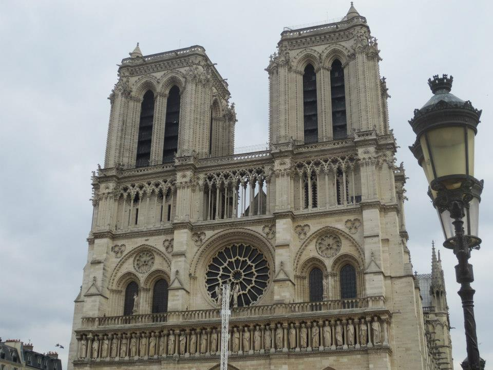 Person Who Attacked Police Officer With Hammer Shot Near Notre Dame Cathedral Featured