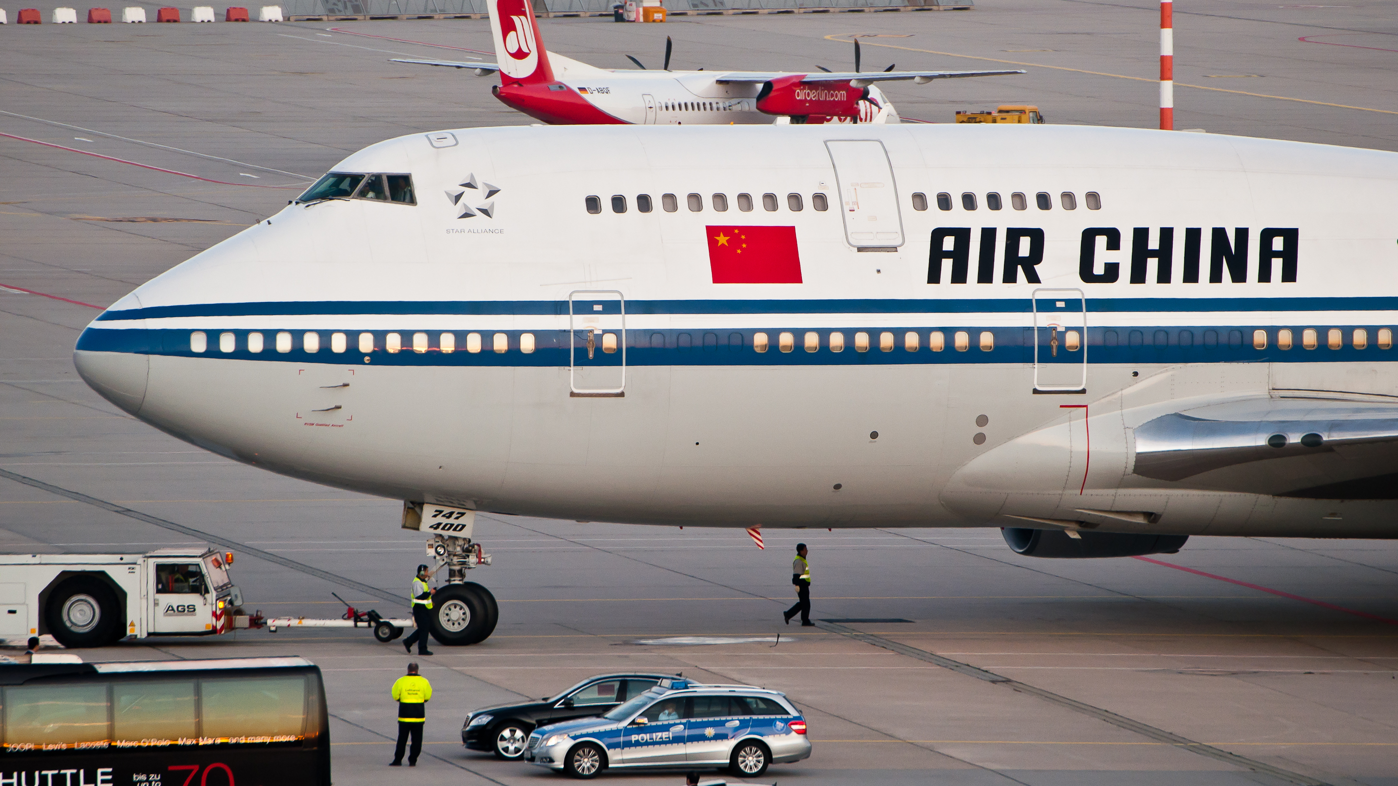 Major Chinese Airline Warns Passengers To Stay Away From Blacks, Pakistanis And Indians In London. Featured