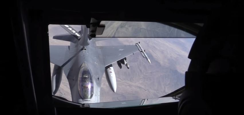 (WATCH) A KC-135 Stratotanker refuels a pair of F-16C Fighting Falcons mid-flight Featured