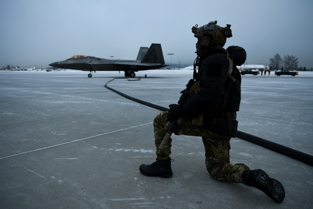 (Photos) First-ever extreme cold weather forward area refueling with F-22 fighter jets