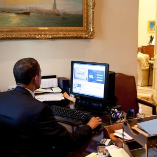 Obama_testing_the_Federal_Government_IT_Dashboard