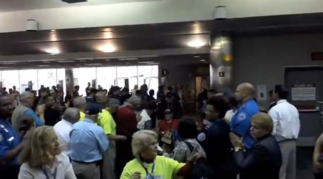(VIDEO) Spontaneous Crowd Greets WW2 Vets Featured