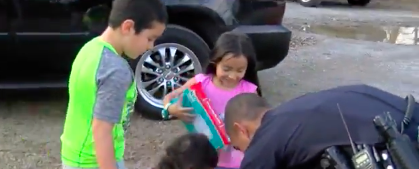 Tennessee Police Officer Bolsters Christmas Spirit By Handing Out Gifts To Kids Featured