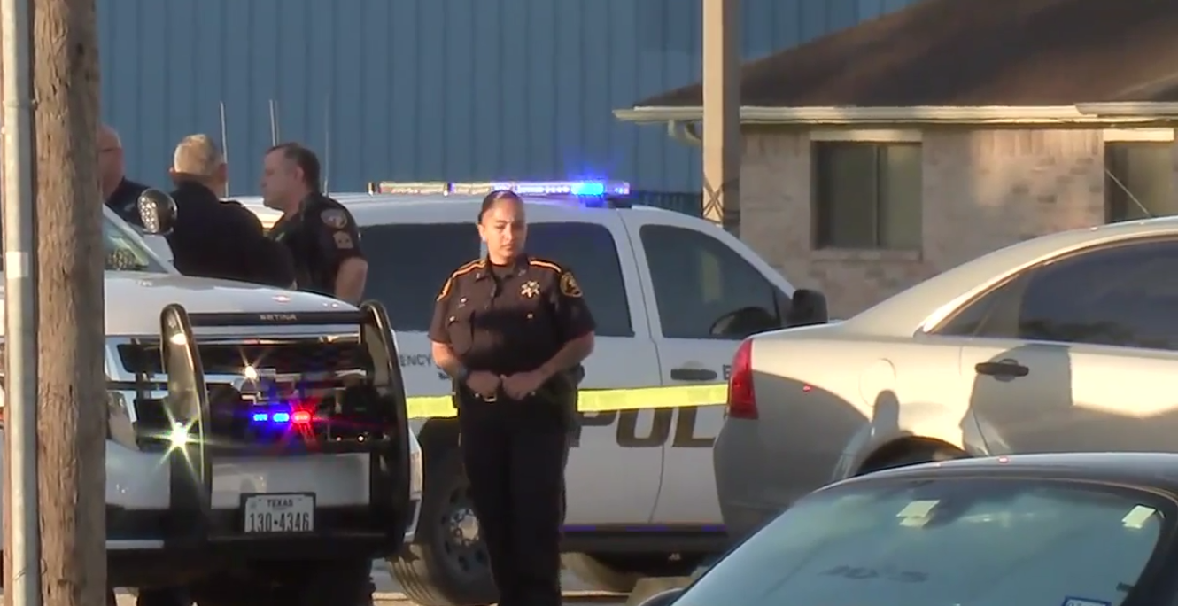 Texas Police Officer Shot & Killed At Courthouse – Suspect At Large Featured