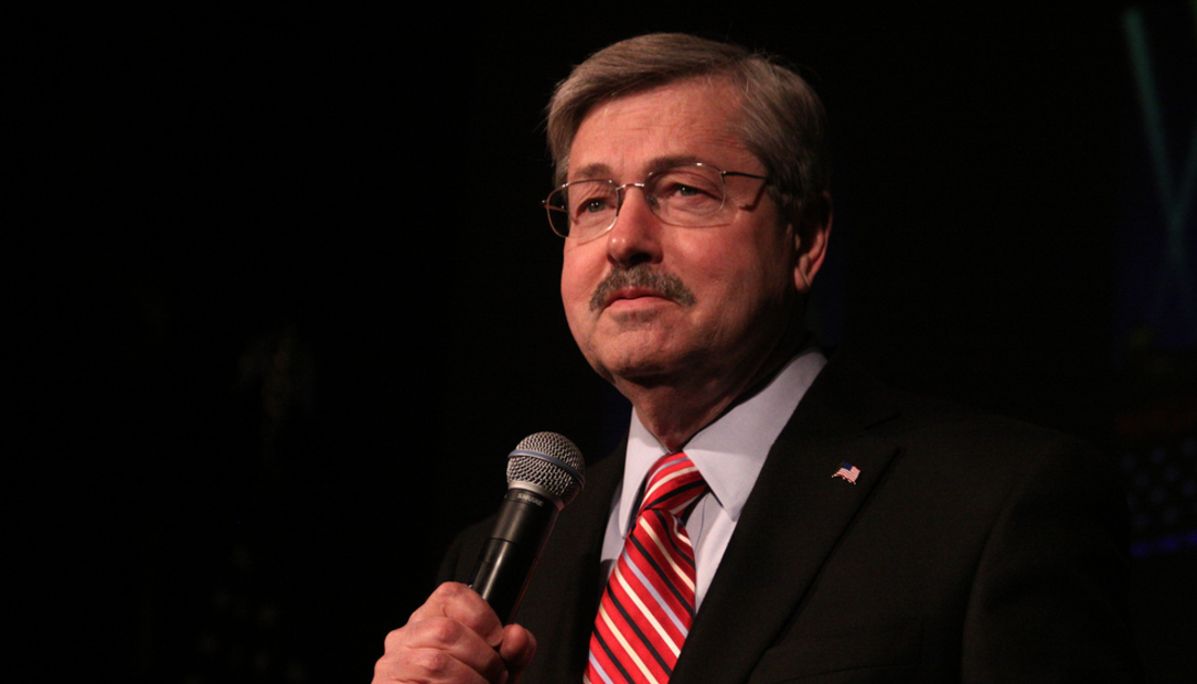 """Iowa Governor Signs State's """"Most Expansive Gun Bill Ever"""" Featured"""