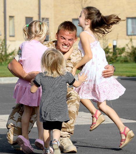 EN-SOLDIER-03.jpg Kids Running to Greet Returning Troops