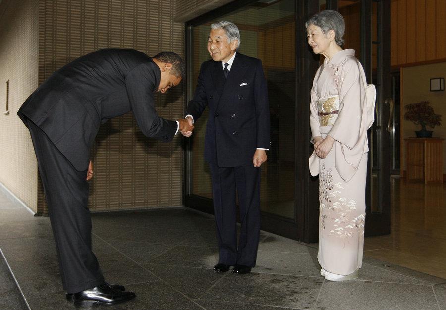 obama-bows-to-emperor_ trip to Hiroshima