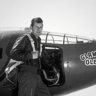 Major General Charles Elwood « Chuck » Yeager, born in 1923. He was the first man to break the sound barrier on October 14, 1947, flying the experimental Bell X-1 at Mach 1 at an altitude of 45,000 ft (13,700 m).   In front of the Bell X-1, rocket-powered aircraft.  Photo : US Air Force.